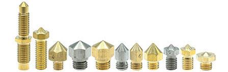 Es gibt verschiedene Nozzle die für unterschiedliche Drucker passen. Oft genannt werden die MK7 die beim CR-10 und den meisten Creality Modellen genutzt werden. Gleichwohl kann auch die MK8 Düse für die selben Modelle genutzt werden. E3D entwickelte ein eigenes Nozzledesign, dass bei den V5 und V6 Hotends zur Anwendung kommt und bescherte und auch die längere Volcano für besonders schnelle Drucke und die zierliche Cyclops für eines des Dual Hotends von E3D. Als Weiterentwicklung wird die MK10 angesehen, welche als einzige auf ein M7 Gewinde setzt und so etwas massiver als die anderen Typen aussieht.